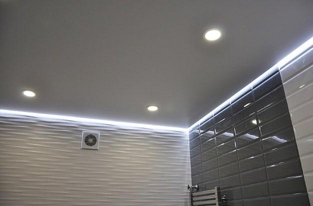Матовый натяжной потолок с подсветкой по периметру в ванной