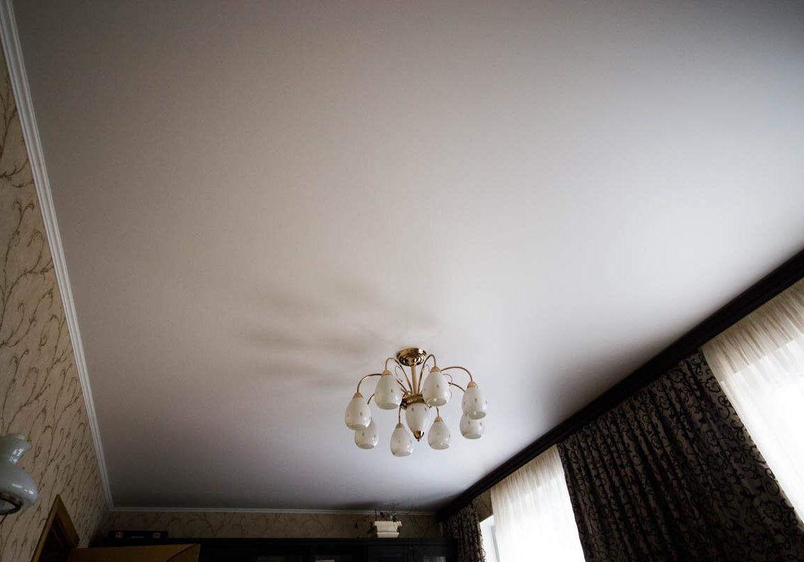 Тканевый натяжной потолок в комнате